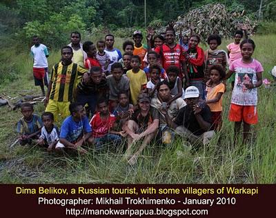 Turis Russia bersama masyarakat Papua di Kampung Warkapi - Manokwari Papua, Barat